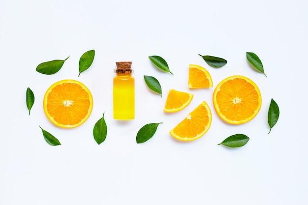 Frutta arancione con olio di agrumi. vitamina naturale c.