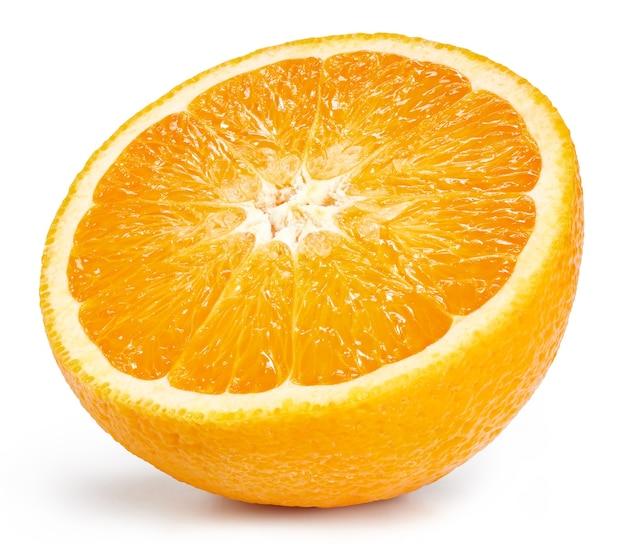 Mezza frutta arancione isolata su bianco. immagine ravvicinata di fette di mela verde metà arancia