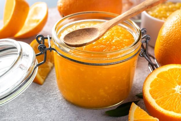 Marmellata di arance in un primo piano del barattolo di vetro.