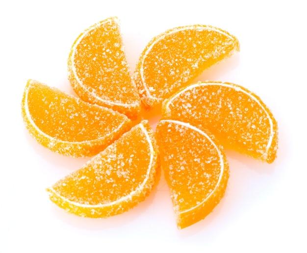Caramelle di gelatina arancione su bianco