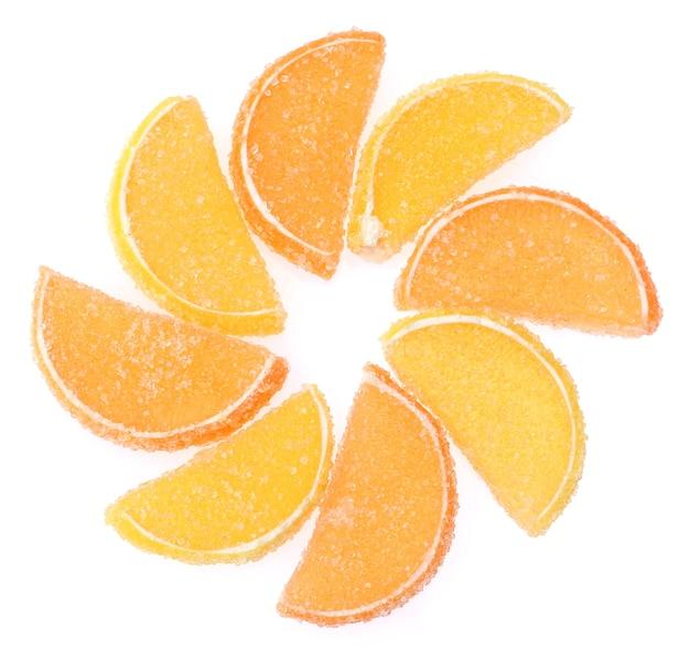Caramelle di gelatina all'arancia su bianco