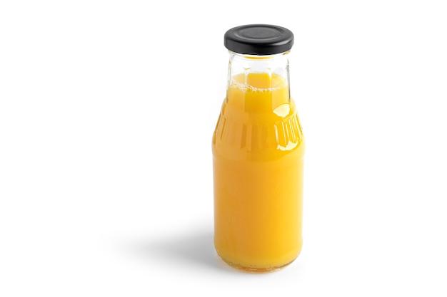 Succo d'arancia in bottiglia isolato su bianco.