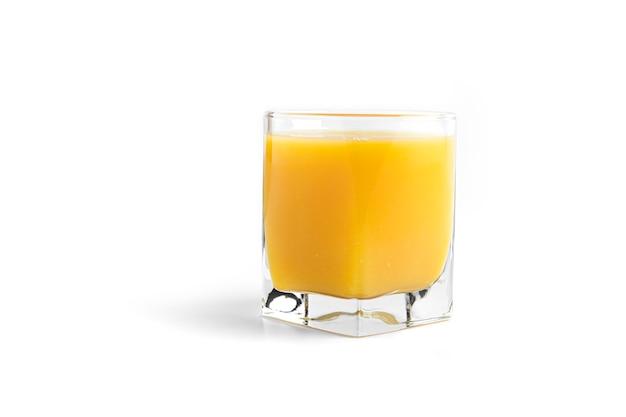 Succo d'arancia in vetro isolato su bianco.