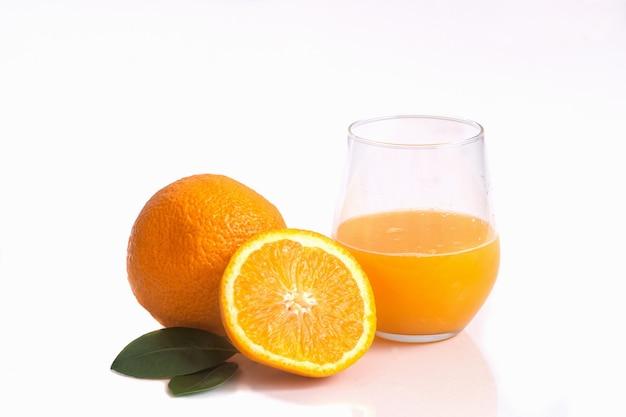 Succo d'arancia in un bicchiere