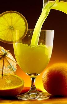 Succo d'arancia versato in un bicchiere
