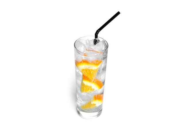 Limonata all'arancia con ghiaccio in un vetro trasparente isolato.