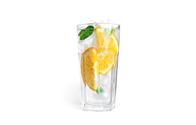Limonata all'arancia con menta e ghiaccio in un vetro trasparente isolato