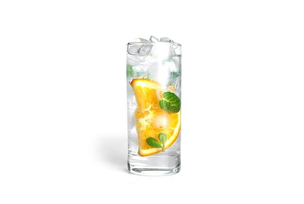 Limonata all'arancia con menta e ghiaccio in un vetro trasparente isolato.