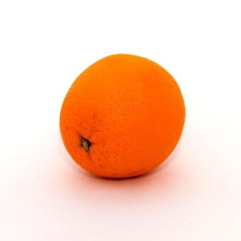 Un'arancia giace su uno sfondo bianco