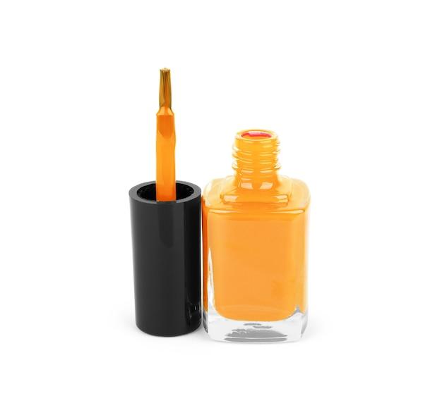 Bottiglia di smalto arancione su sfondo bianco