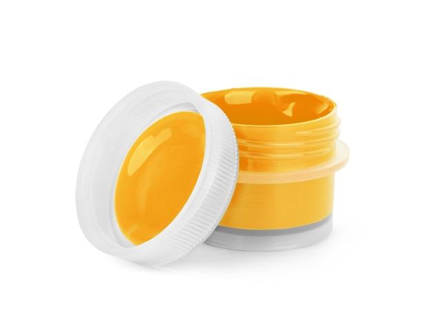 Acrilico di vernice arancione in un barattolo, su sfondo bianco