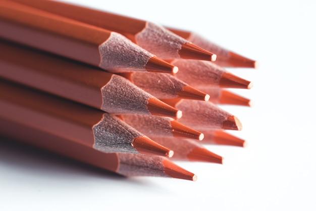 Matite arancioni su sfondo bianco. ufficio, disegno.
