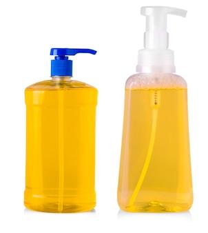 Bottiglie di plastica arancione con detersivo liquido per bucato, detergente, candeggina o ammorbidente isolato su sfondo bianco