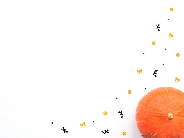 Zucca arancione e decorazioni di halloween su sfondo bianco