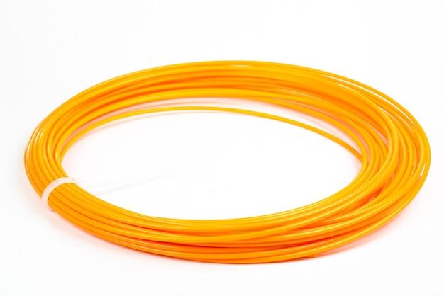 Arancione rotolato filamento 3d penna pla isolato su bianco