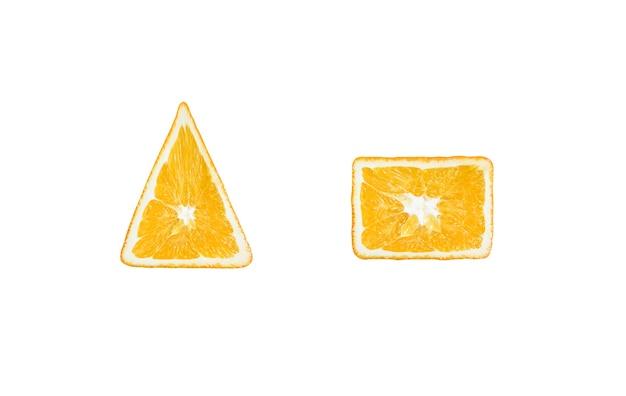 Arancio a forma di quadrato e triangolo. frutto ogm. idea fotografica creativa.