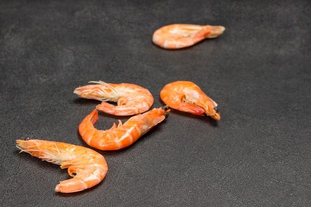 Gambero arancione su sfondo nero. spazio cjpy