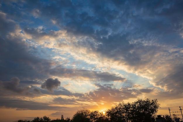 La luce del cielo arancione calda del sole aggiunge un bel bagliore alle nuvole