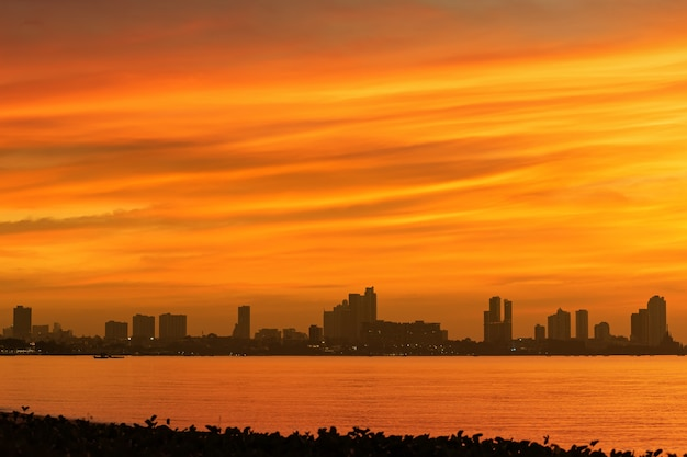 Il cielo arancione si riflette sul mare di pattaya.