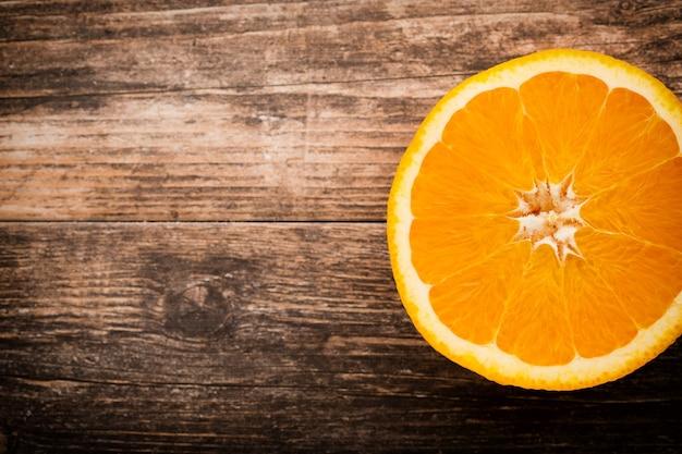 Fetta d'arancia su sfondo grigio.
