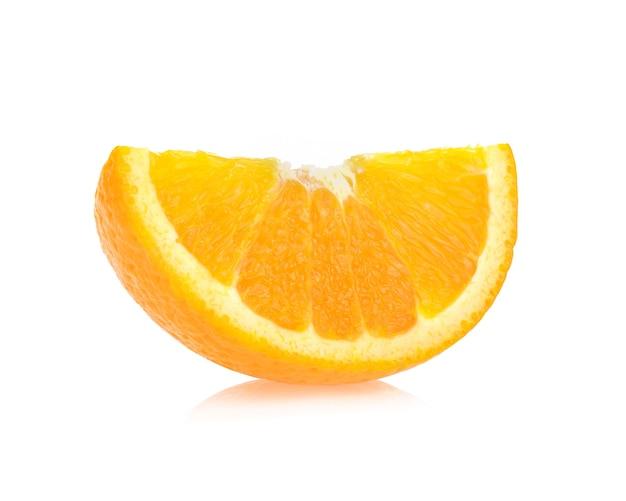 Fetta d'arancia isolata su sfondo bianco