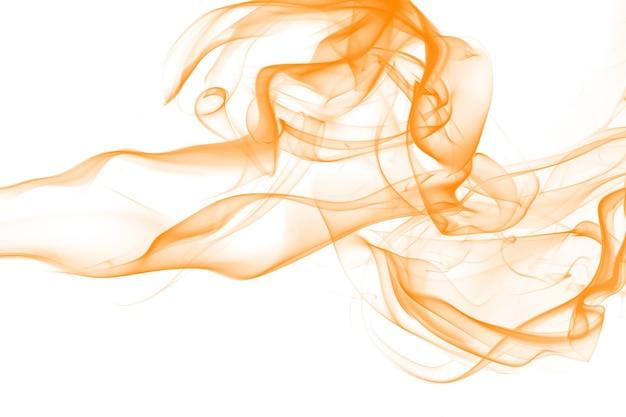 Estratto di fumo arancione su sfondo bianco. inchiostro giallo acqua colore