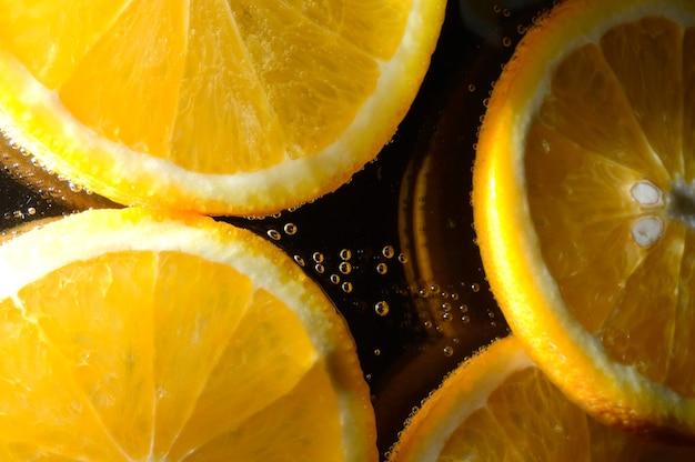 Arancia in acqua frizzante con le bollicine. macro.