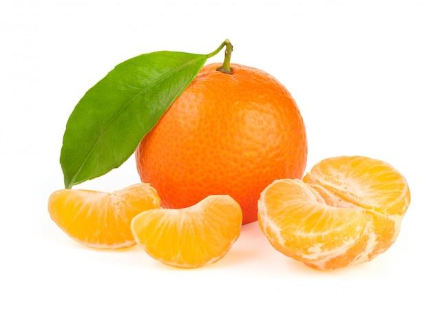 Mandarino arancio con la foglia isolata