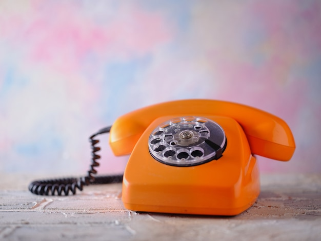 Telefono vintage arancione sul tavolo
