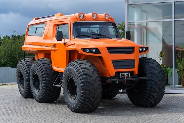 Veicolo fuoristrada con ruote arancioni su pneumatici a pressione ultra bassa all'aperto