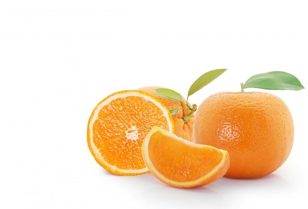 Arancia su sfondo bianco