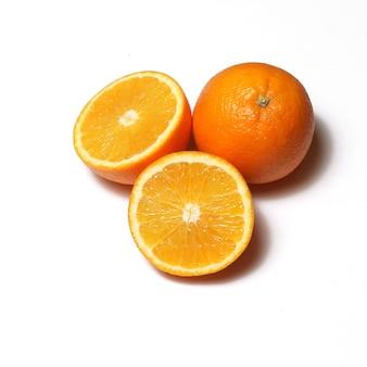 Un'arancia su sfondo bianco