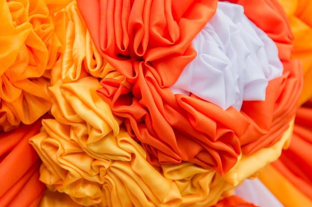 Le tende arancioni e bianche hanno fatto i fiori, fondo di struttura.