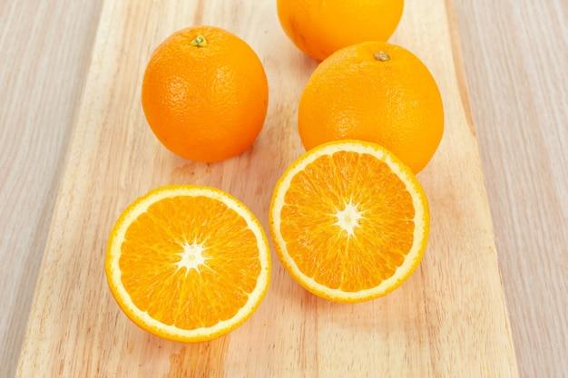 Arancia con fette sul tagliere di legno