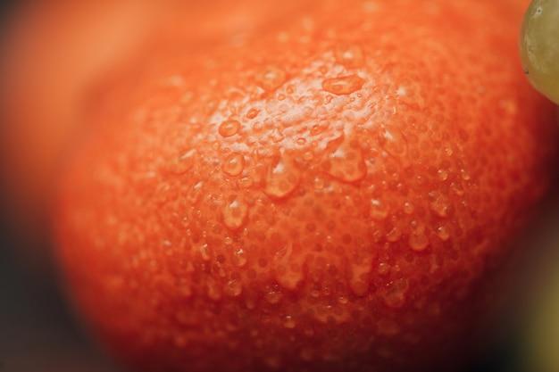 Arance close up con piccole gocce d'acqua sulla buccia