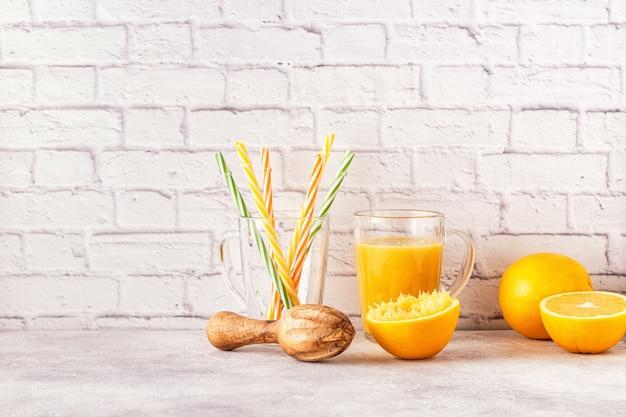 Arance e spremiagrumi per fare il succo d'arancia