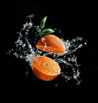 Tra arance spruzzi d'acqua