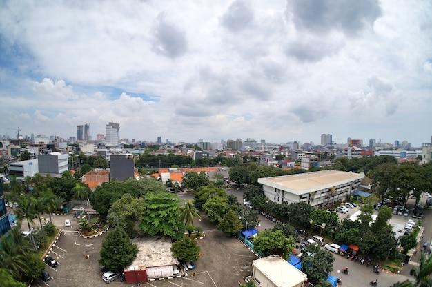Paesaggio urbano ordinario di jakarta con i chiari giorni soleggiati