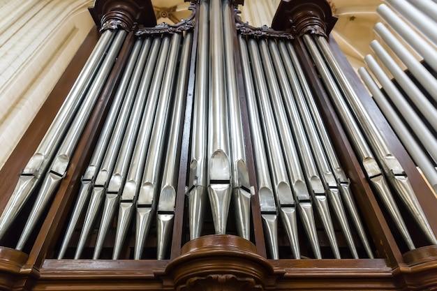 Vista dal basso delle canne d'organo, strumento musicale antico nella chiesa cattedrale, europa. luoghi famosi in europa per il turismo e i viaggi