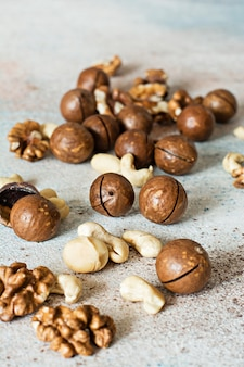 Una miscela organica di noci di macadamia, anacardi, noci. miscela di noci