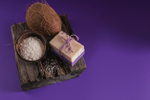 Olio cosmetico di cocco biologico e sapone naturale fatto a mano con cocco