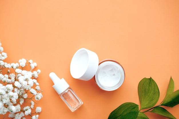 Cosmetici biologici con cocco. vista dall'alto. copia spazio.