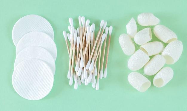 Detergenti cosmetici in cotone biologico e prodotti per la cura della pelle: assorbenti, tamponi di cotone, bozzoli di bachi da seta vista dall'alto
