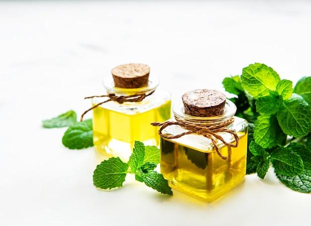 Olio essenziale di menta bio con foglie verdi