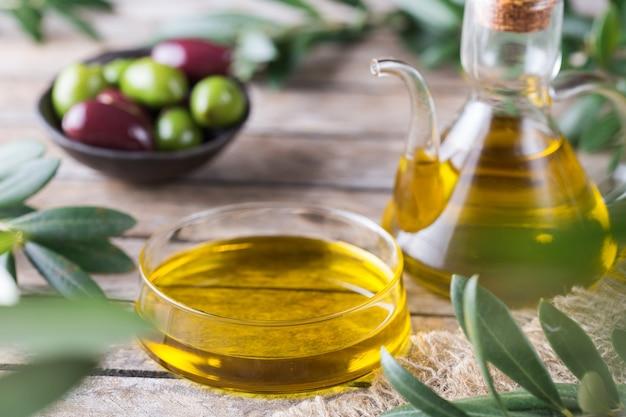 Olio extravergine di oliva biologico su un tavolo