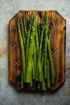 Concetto di cibo biologico con asparagi sul tavolo di pietra con copia spazio