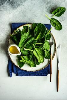 Concetto di cibo biologico con spinaci freschi