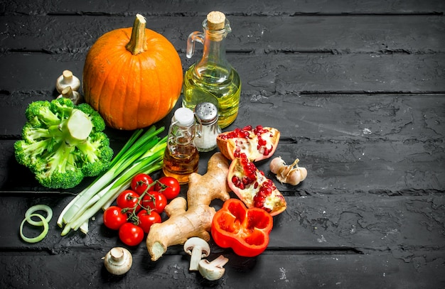 Cibo organico. diverse verdure sane. su uno sfondo nero rustico.