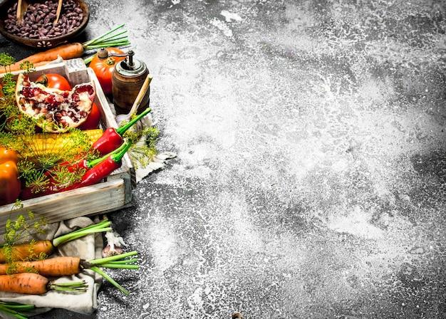 Cibo organico. raccolto fresco di frutta e verdura. su fondo rustico.