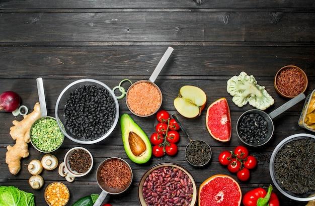 Cibo organico. verdure fresche e spezie con legumi. su un legno.
